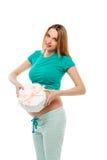 拿着礼物的美丽的孕妇在腹部,它附近是未知的谁女孩或男孩 愉快的妈妈 的treadled 库存照片