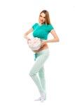 拿着礼物的美丽的孕妇在腹部,它附近是未知的谁女孩或男孩 愉快的妈妈 的treadled 库存图片