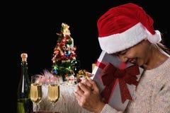 拿着礼物盒和两块玻璃与champagn的美丽的妇女 免版税图库摄影