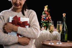拿着礼物盒和两块玻璃与champagn的美丽的妇女 免版税库存图片