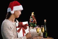 拿着礼物盒和两块玻璃与champagn的美丽的妇女 库存照片