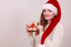 拿着礼物盒的妇女 背景圣诞节关闭红色时间 免版税库存照片