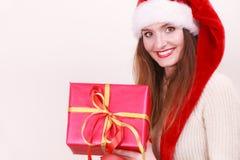 拿着礼物盒的妇女 背景圣诞节关闭红色时间 库存图片