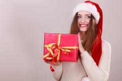 拿着礼物盒的妇女 背景圣诞节关闭红色时间 图库摄影