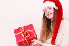 拿着礼物盒的妇女 背景圣诞节关闭红色时间 免版税库存图片