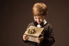 拿着礼物盒的子项 免版税库存照片