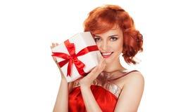 拿着礼物盒的微笑的红色头发妇女画象  免版税库存照片