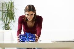 拿着礼物盒的愉快的女孩为生日 免版税库存照片