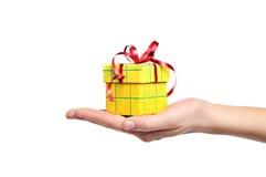 拿着礼物盒的手被隔绝 免版税库存照片