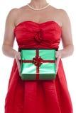 拿着礼物被包裹的礼物的妇女。 免版税库存图片