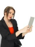 拿着社会媒介的年轻女商人一种片剂 免版税库存图片