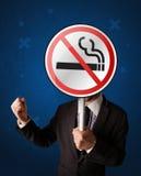 拿着禁烟标志的商人 图库摄影