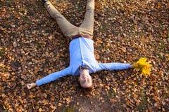 拿着秋叶的花束人 免版税库存照片