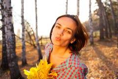 拿着秋天的花束青少年的女孩妇女 图库摄影