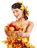 拿着秋天篮子的妇女。 免版税库存图片