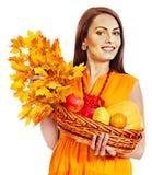 拿着秋天篮子的妇女。 图库摄影