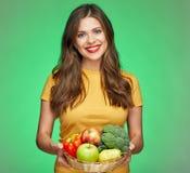 拿着秸杆篮子用健康食物的暴牙的微笑的妇女 图库摄影