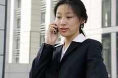 拿着移动电话妇女的商业 免版税图库摄影