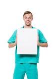 拿着空插件的微笑的医生被隔绝  库存照片