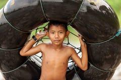 拿着空气管的印度尼西亚男孩 免版税库存照片