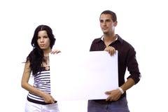 拿着空白横幅的夫妇 免版税库存图片
