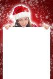 拿着空白横幅的愉快的圣诞节女孩 免版税库存照片