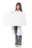拿着空白的委员会的亚裔医生妇女 库存图片