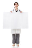 拿着空白的委员会的医生妇女 免版税库存照片