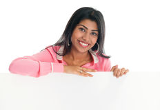 拿着空白的广告牌的印地安妇女。 免版税库存照片