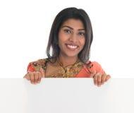 拿着空白的广告牌的印地安妇女 免版税库存图片
