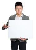 拿着空白的广告牌的商人 免版税图库摄影