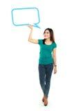 拿着空白的文本泡影的全长女孩画象  免版税库存图片