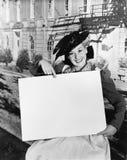 拿着空白的标志的微笑的妇女(所有人被描述不更长生存,并且庄园不存在 供应商保单那里 免版税库存图片