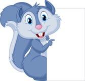 拿着空白的标志的逗人喜爱的灰鼠动画片 库存图片