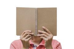 拿着空白的棕色笔记本的手 免版税库存图片