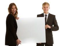 拿着空白的横幅的小组businesspersons 免版税库存照片