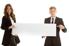 拿着空白的横幅的小组businesspersons 免版税库存图片