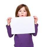 拿着空白的海报标志的女孩 免版税库存照片