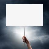 拿着空白的白皮书的手姿态 免版税库存照片