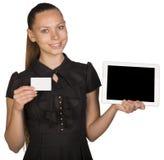 拿着空白的白色卡片的礼服的美丽的女孩 免版税图库摄影