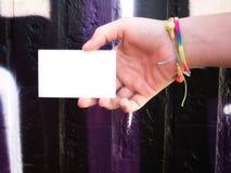 拿着空白的白色名片的女性手 免版税图库摄影