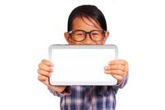 拿着空白的白色片剂的小女孩 免版税库存照片