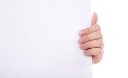 拿着空白空的纸张的妇女现有量。 免版税库存图片