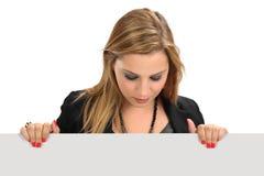 拿着空白符号的妇女 免版税库存图片