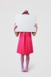 拿着空白符号的小女孩 免版税库存图片