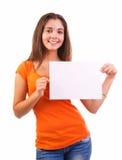 拿着空白符号的青少年的女孩 免版税库存图片