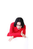 拿着空白董事会的震惊妇女 免版税库存图片