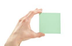 拿着空白贴纸的人力现有量或附注或者纸张 库存照片