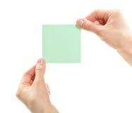 拿着空白贴纸的人力现有量或附注或者纸张 免版税图库摄影