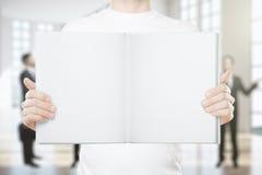 拿着空的书的人 免版税图库摄影